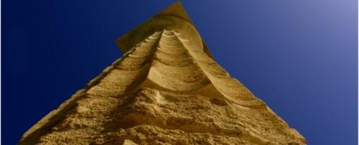Εξάπτει τη φαντασία ο κίονας που βρέθηκε στην παραλία του Αιγίου